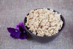 Quinoa bouilli de céréales dans un plat profond sur une nappe de toile Photographie stock