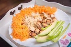 Quinoa cocinada vegano con las verduras y el queso de soja ahumado Imagen de archivo