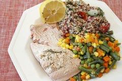 Quinoa com vegetais e salmões imagem de stock
