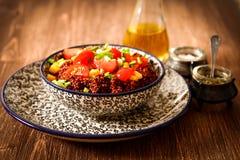 Quinoa con i pomodori peperoncini rossi e cereale su un piatto Fotografia Stock
