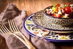Quinoa con i pomodori peperoncini rossi e cereale su un piatto Fotografie Stock Libere da Diritti