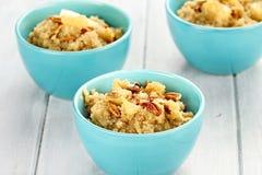 Quinoa con las nueces y las manzanas Fotografía de archivo