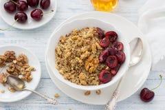 Quinoa con le ciliege, le noci ed il miele freschi Fotografia Stock Libera da Diritti