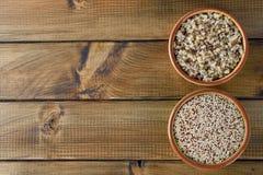 Quinoa cru e cozinhado Fotografia de Stock