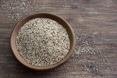 Quinoa cruda mista in ciotola di legno sulla tavola di legno Fotografia Stock