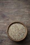 Quinoa cruda mista in ciotola di legno sulla tavola di legno Immagine Stock Libera da Diritti