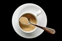 Quinoa dans la tasse et la cuillère Images stock