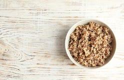 Quinoa delicioso cozinhado na bacia na tabela de madeira, vista superior fotografia de stock