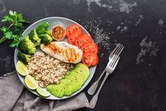 Quinoa do alimento da dieta saudável, galinha grelhada, abacate, brócolis, tomate O conceito da nutrição benéfica Aéreo, copie o  imagens de stock