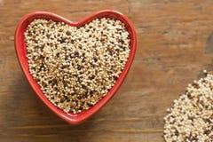 Quinoa in een Rode hart gevormde kom Royalty-vrije Stock Afbeeldingen