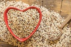 Quinoa in een Rode hart gevormde kom Stock Foto's