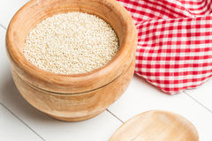 Quinoa in einer Schüssel mit einem hölzernen Löffel lizenzfreies stockfoto