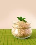 Quinoa en un bol de vidrio en servilleta verde Fotografía de archivo libre de regalías