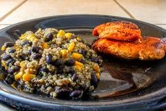 Quinoa för svart böna och havremed höna arkivfoto