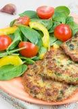 Quinoa fritters en salade Stock Afbeelding