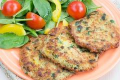 Quinoa fritters met salade Royalty-vrije Stock Foto's