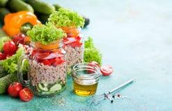 Quinoa i świeżego warzywa sałatka w szklanych słojach zdjęcia royalty free