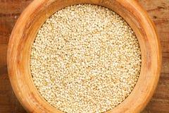 Quinoa i en träbunke Arkivfoto