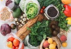 Quinoa kikärtar, bönor, bröd, grönsaker, frukter Uppsättningen av läker royaltyfri fotografi