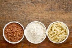 Quinoa korrel, bloem en deegwaren Stock Afbeeldingen