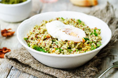 Quinoa matta di pesto del basilico con le noci, il prezzemolo e l'uovo affogato Fotografie Stock Libere da Diritti