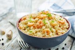 Quinoa med räka och persilja arkivbild
