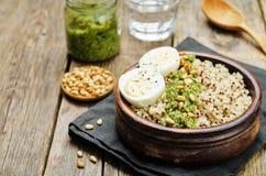 Quinoa met boerenkoolpesto, pijnboomnoten en eieren royalty-vrije stock foto's