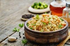 Quinoa met garnalen en peterselie Royalty-vrije Stock Foto