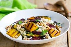 Quinoa met geroosterde pompoen en bietensalade Royalty-vrije Stock Afbeeldingen