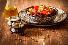 Quinoa met tomatenspaanse pepers en graan op een plaat Royalty-vrije Stock Foto