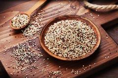 Quinoa mista in ciotola sul bordo di legno della cucina Immagini Stock Libere da Diritti