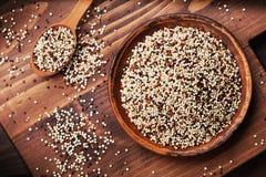 Quinoa mista in ciotola sulla vista superiore del bordo di legno della cucina Immagine Stock
