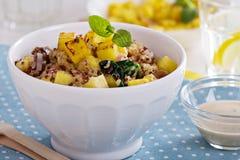 Quinoa mit Ananas und Gemüse Stockbild