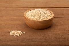 Quinoa na bacia de madeira Imagem de Stock
