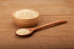 Quinoa na bacia de madeira Foto de Stock
