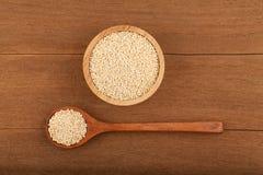 Quinoa na bacia de madeira Fotografia de Stock Royalty Free
