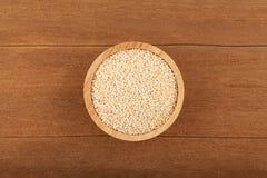 Quinoa na bacia de madeira Fotos de Stock Royalty Free