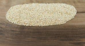 Quinoa na placa de madeira Imagens de Stock Royalty Free
