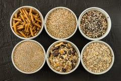 Quinoa, ongepelde rijst en haver Gezonde gehele korrelgraangewassen Het voedselconcept van de veganist Geïsoleerdd over wit stock foto's