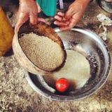 Quinoa que se lava de la mujer mayor Imagen de archivo