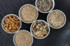 Quinoa, riso sbramato, semi ed avena Intero concetto dell'alimento biologico e del grano per i vegetariani fotografia stock libera da diritti