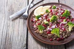 Quinoa sałatka z granatowem zdjęcia stock