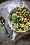 Quinoa salade met cashewnoten en bloemkool Stock Afbeelding