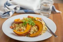 Quinoa salade met geroosterde pompoen Royalty-vrije Stock Afbeeldingen