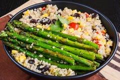 Quinoa-Salat mit Spargel Stockfotos