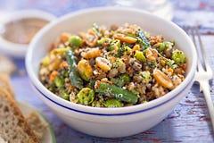 Quinoa, soletrado, amendoins, amêndoa, salada dos pistaches imagem de stock