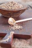Quinoa tricolore in ciotola di legno, cucchiaio di legno immagini stock