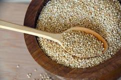 Quinoa in un cucchiaio di legno sulla tavola Cibo sano Fondo di concetto dell'alimento del vegano Fotografia Stock Libera da Diritti