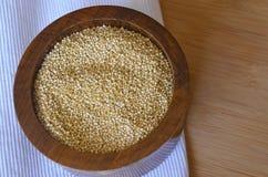 Quinoa in un cucchiaio di legno sulla tavola Cibo sano Fondo di concetto dell'alimento del vegano Fotografia Stock