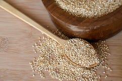 Quinoa in un cucchiaio di legno sulla tavola Cibo sano Fondo di concetto dell'alimento del vegano Immagine Stock